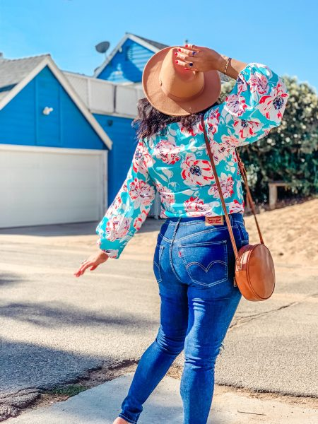 high waisted jeans, balloon sleeve top, felt hat